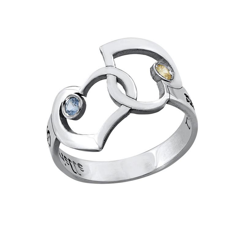 Verflochtener Herzen-Ring mit ausgestanzten Namen