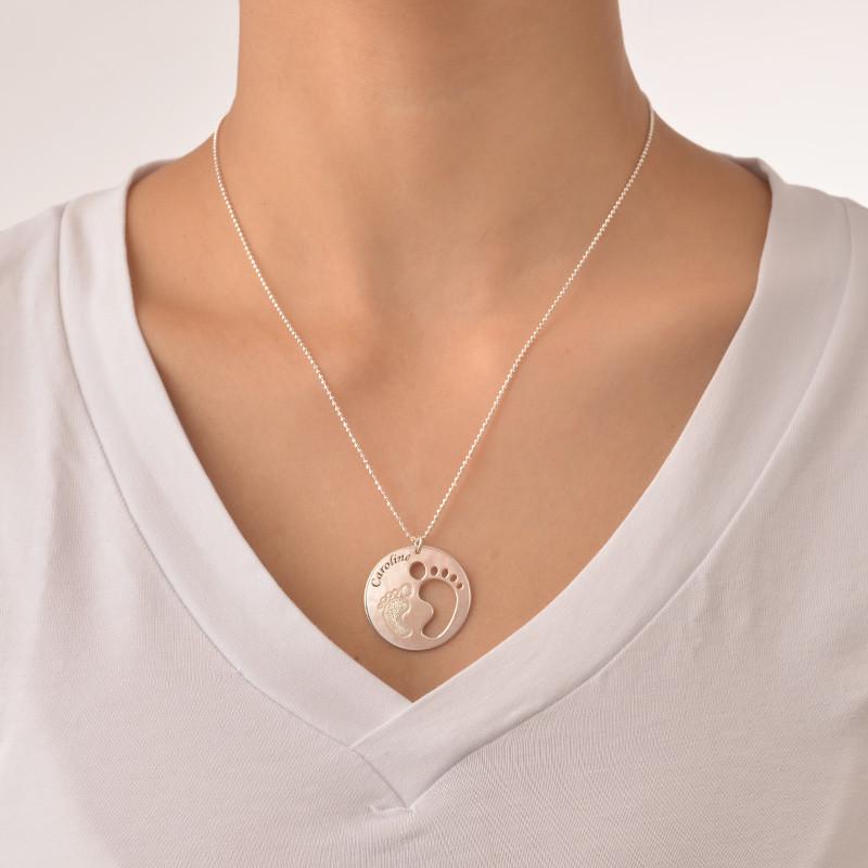Ausgestanzte Babyfüße-Halskette mit glitzerndem Fuß - 1