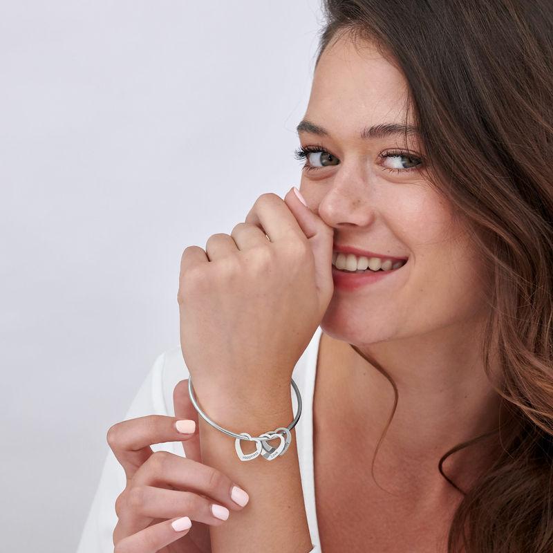 Armreif mit Herzanhängern und Gravur aus Silber - 3