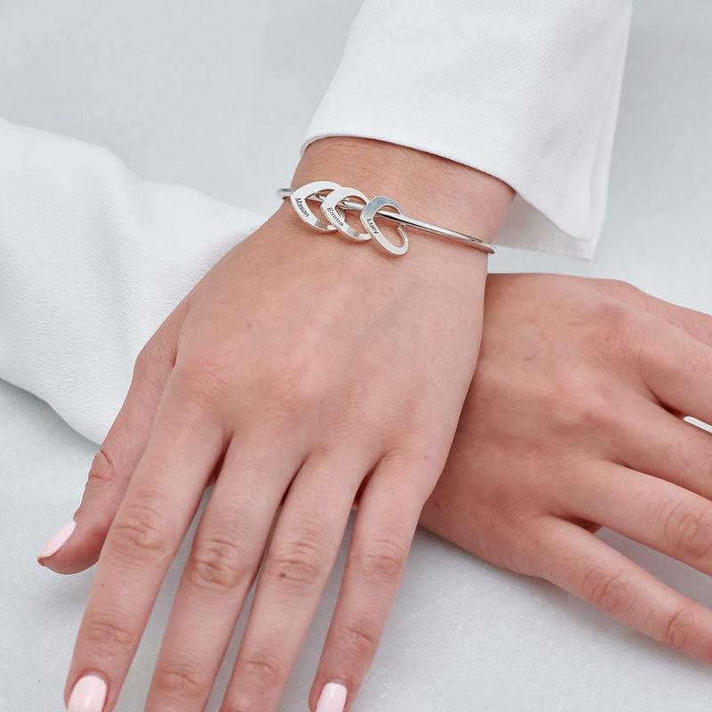Armreif mit Herzanhängern und Gravur aus Silber - 4