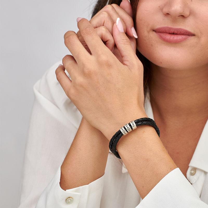 Schwarzes Lederarmband für Frau mit Gravur auf kleinen personalisierten Beads in Silber - 1