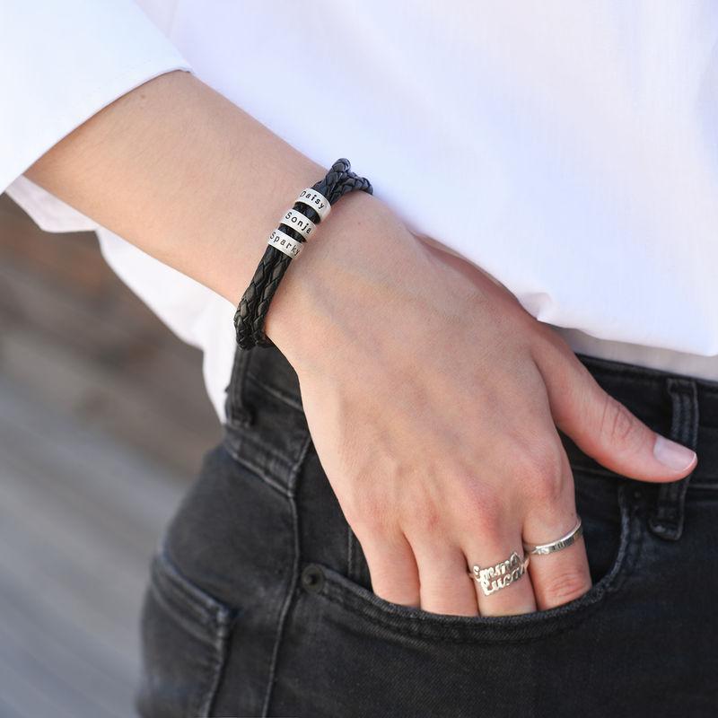 Schwarzes Lederarmband für Frau mit Gravur auf kleinen personalisierten Beads in Silber - 2