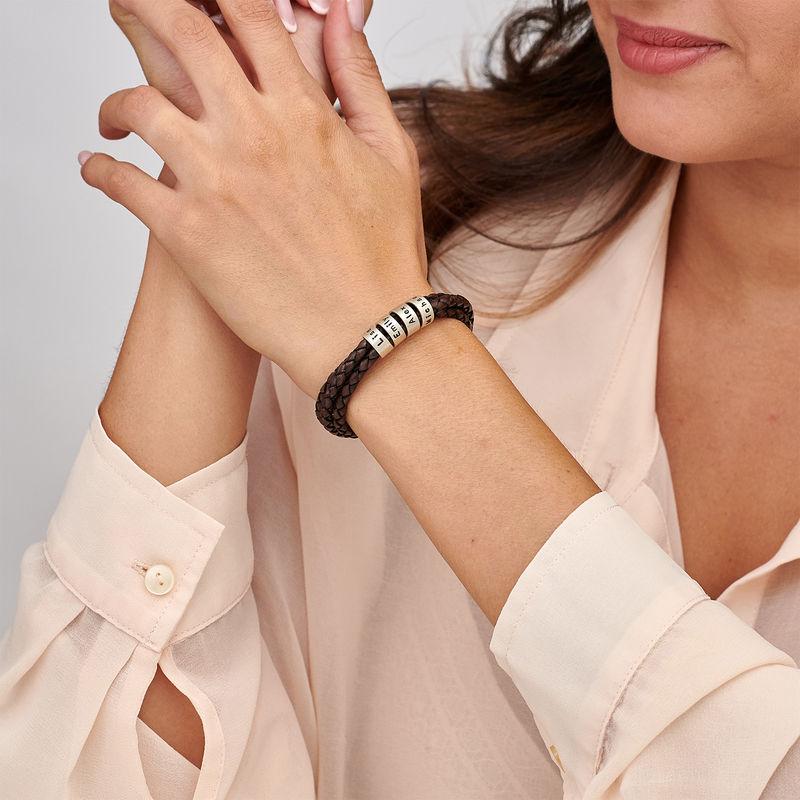 Braunes Lederarmband mit Gravur auf kleinen personalisierten Beads in Silber - 1