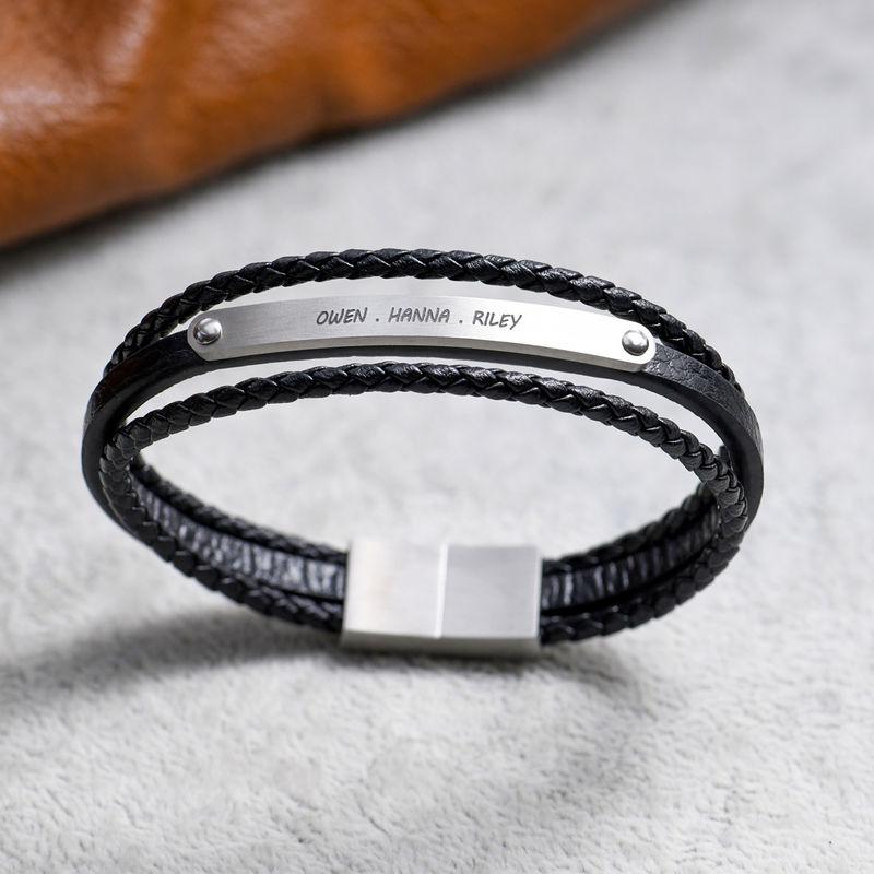 Gestapelte schwarze Lederarmbänder mit graviertem Bar - 4