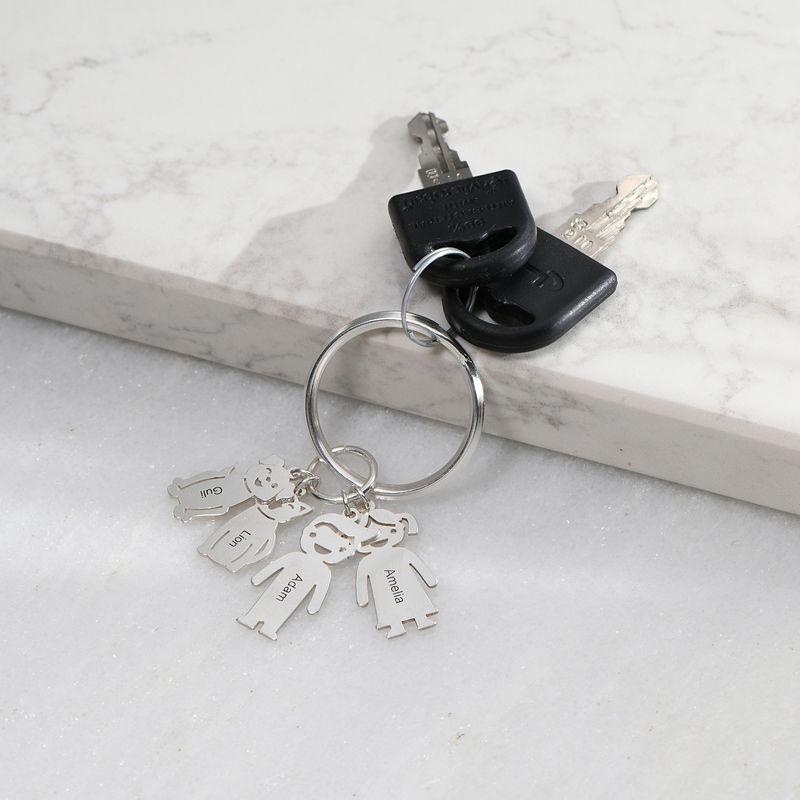 Personalisierter Schlüsselanhänger mit gravierten Kinder- und Haustier-Charms - 1