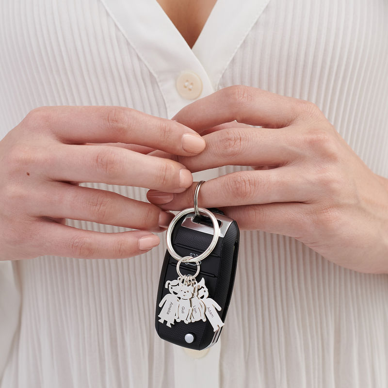 Personalisierter Schlüsselanhänger mit gravierten Kinder- und Haustier-Charms - 2
