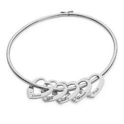 Armreif mit Herzanhängern und Diamanten mit Gravur aus Silber Produktfoto