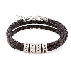Braunes Lederarmband mit Gravur auf kleinen personalisierten Beads in Produktfoto