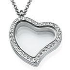 Herzförmiges Medaillon mit Kristallen