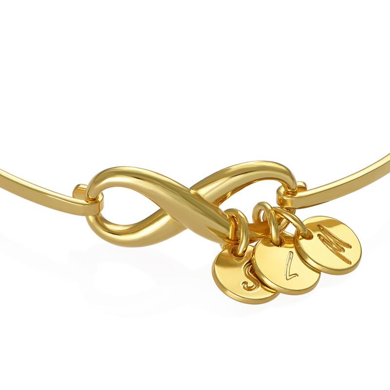 Pulsera rígida  infinito con encantos de inciales en chapa de oro - 1