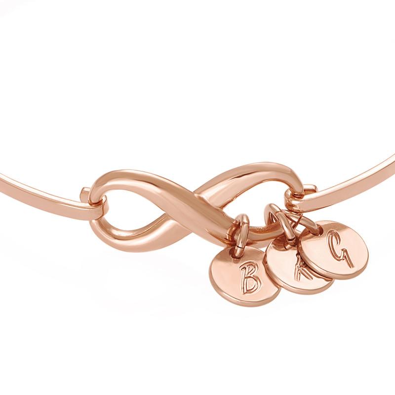 Pulsera rígida  infinito con encantos de iniciales en chapa de oro rosa - 1