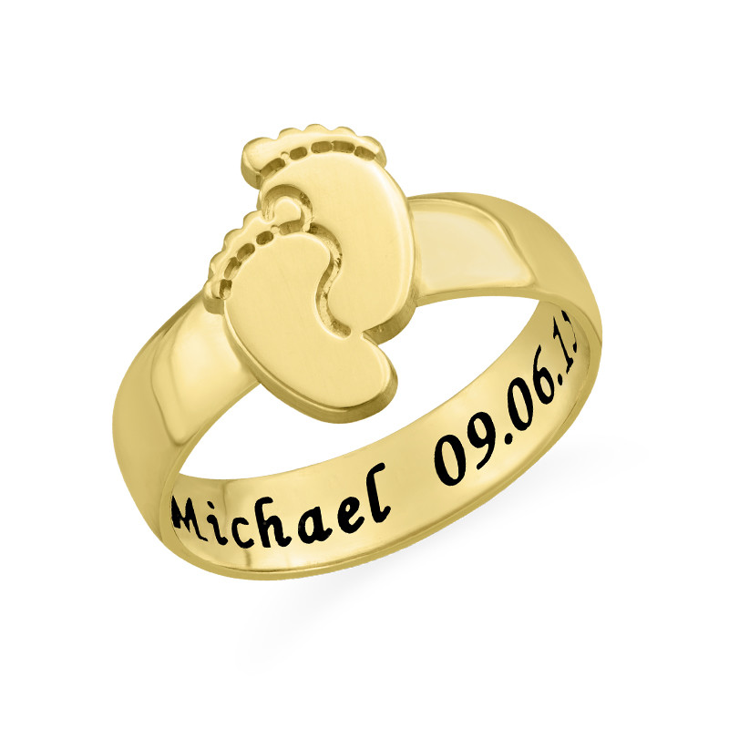 Anillo piecitos de bebé grabado en Chapa de Oro