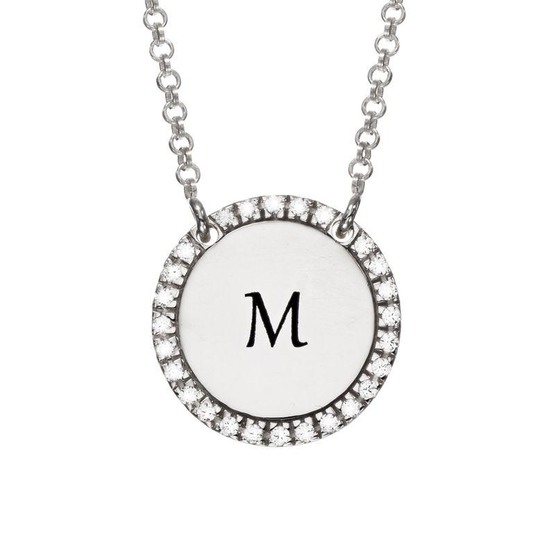 Collar con medalla redonda grabada con circonia cúbica en plata