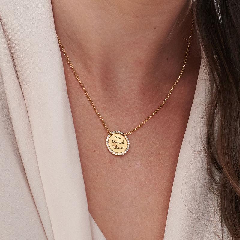 Collar con medalla redonda grabada con circonia cúbica chapado en oro - 2