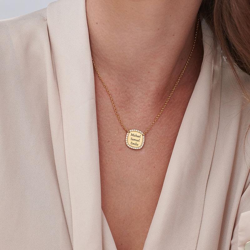 Collar con medalla rectangular grabada con circonia cúbica chapado en oro - 2