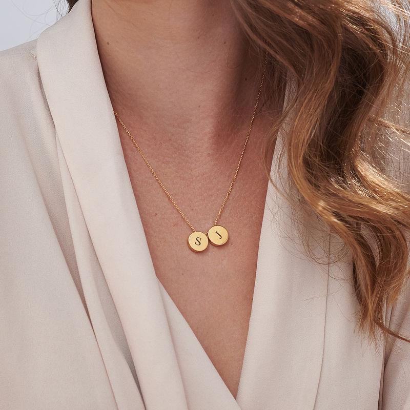 Collar con medalla gruesa con inicial chapado en oro - 5