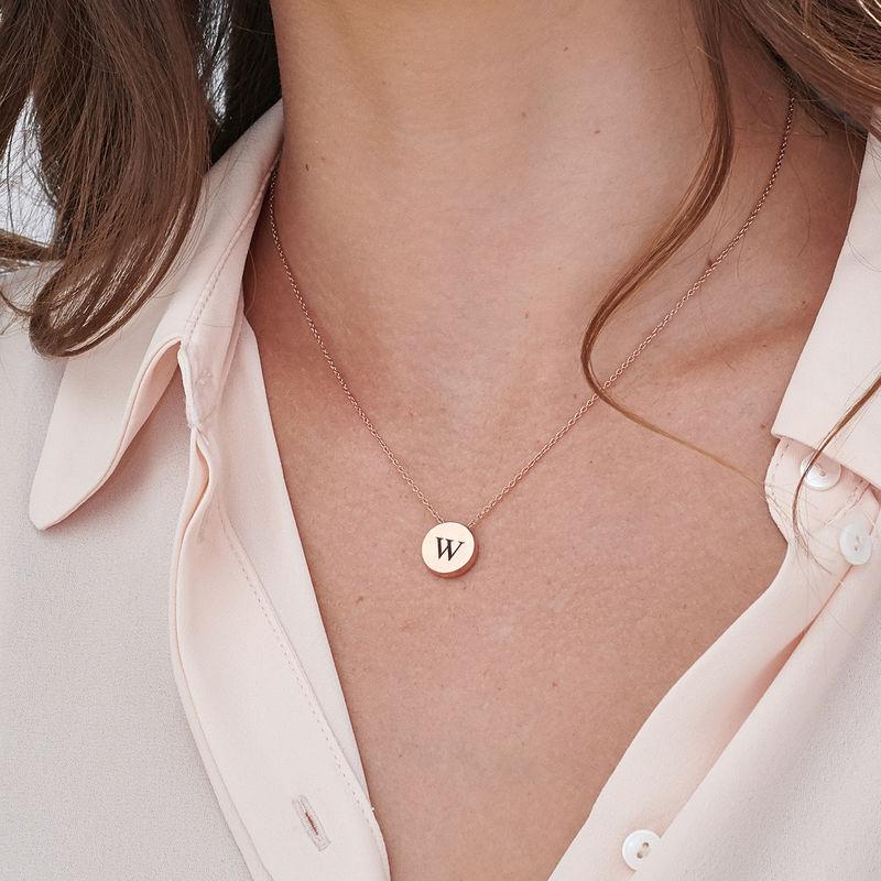 Collar con medalla gruesa con inicial chapado en oro rosa - 2