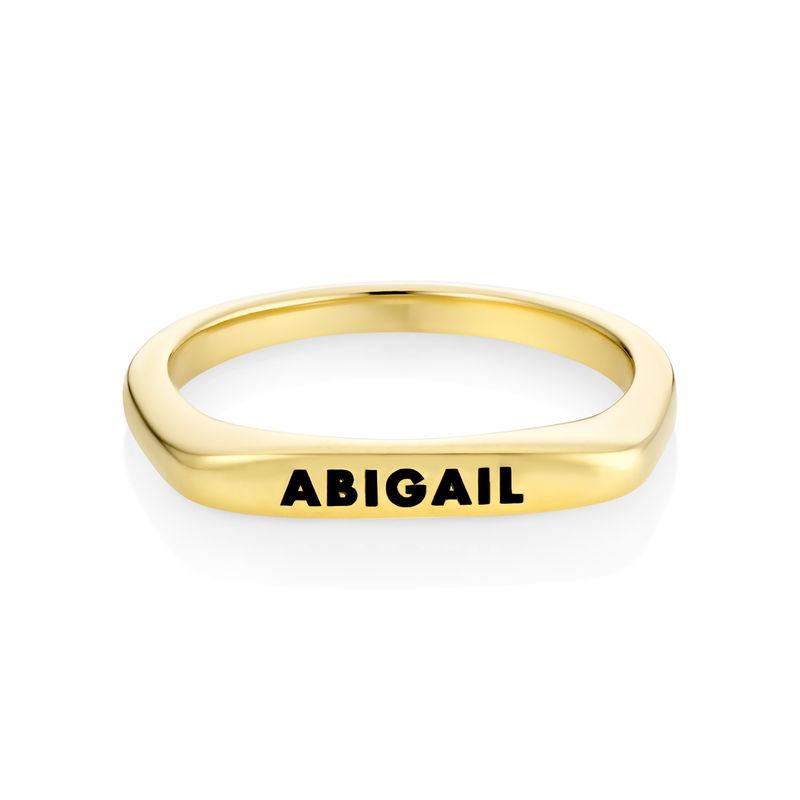 Anillo con nombre rectangular apilable chapado en oro - 1