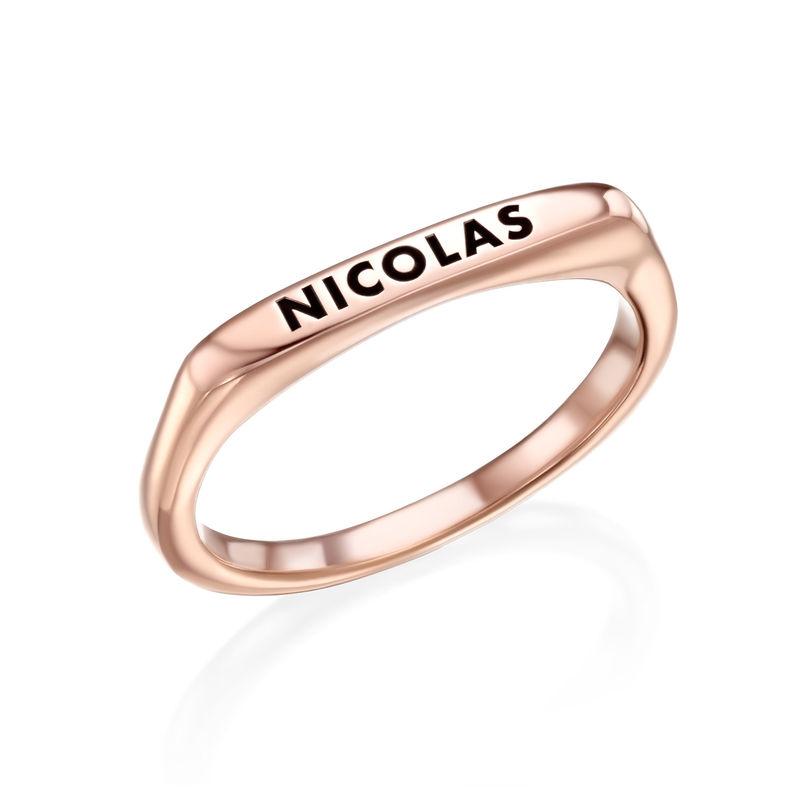 Anillo con nombre rectangular apilable chapado en oro rosa product photo