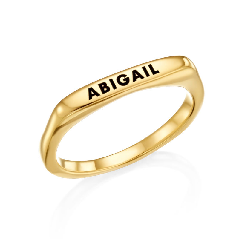 Anillo con nombre rectangular apilable chapado en oro product photo