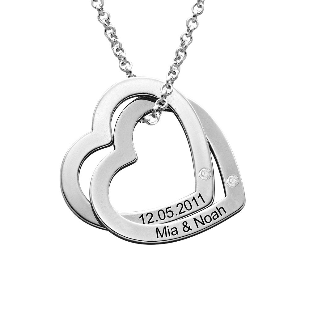 Yhteenkietoutuvat sydämet sterling-hopeisena timanteilla