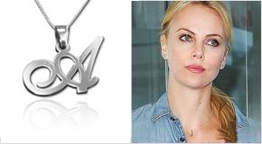 Charlize Theron con Pendente in argento 925 con Iniziale