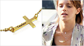 Emma Watson con Collana con Croce laterale incisa in Puro Argento placcato Oro 18k