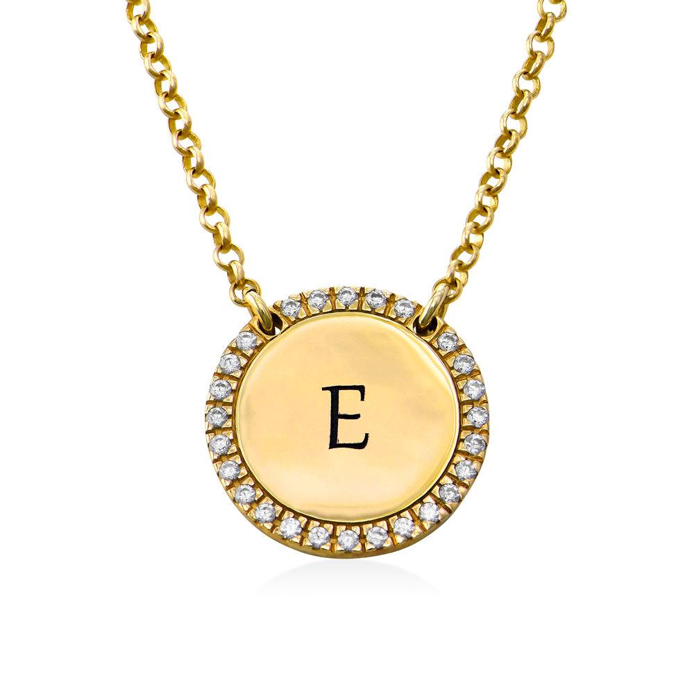 Collar con medalla redonda grabada con circonia cúbica chapado en oro