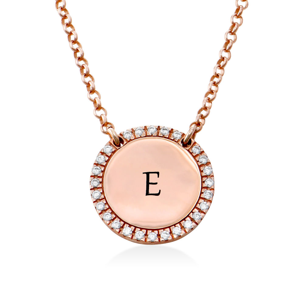 Collar con medalla redonda grabada con circonia cúbica chapado en oro rosa