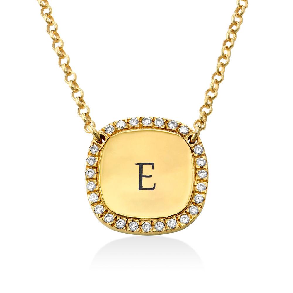 Collar con medalla rectangular grabada con circonia cúbica chapado en oro