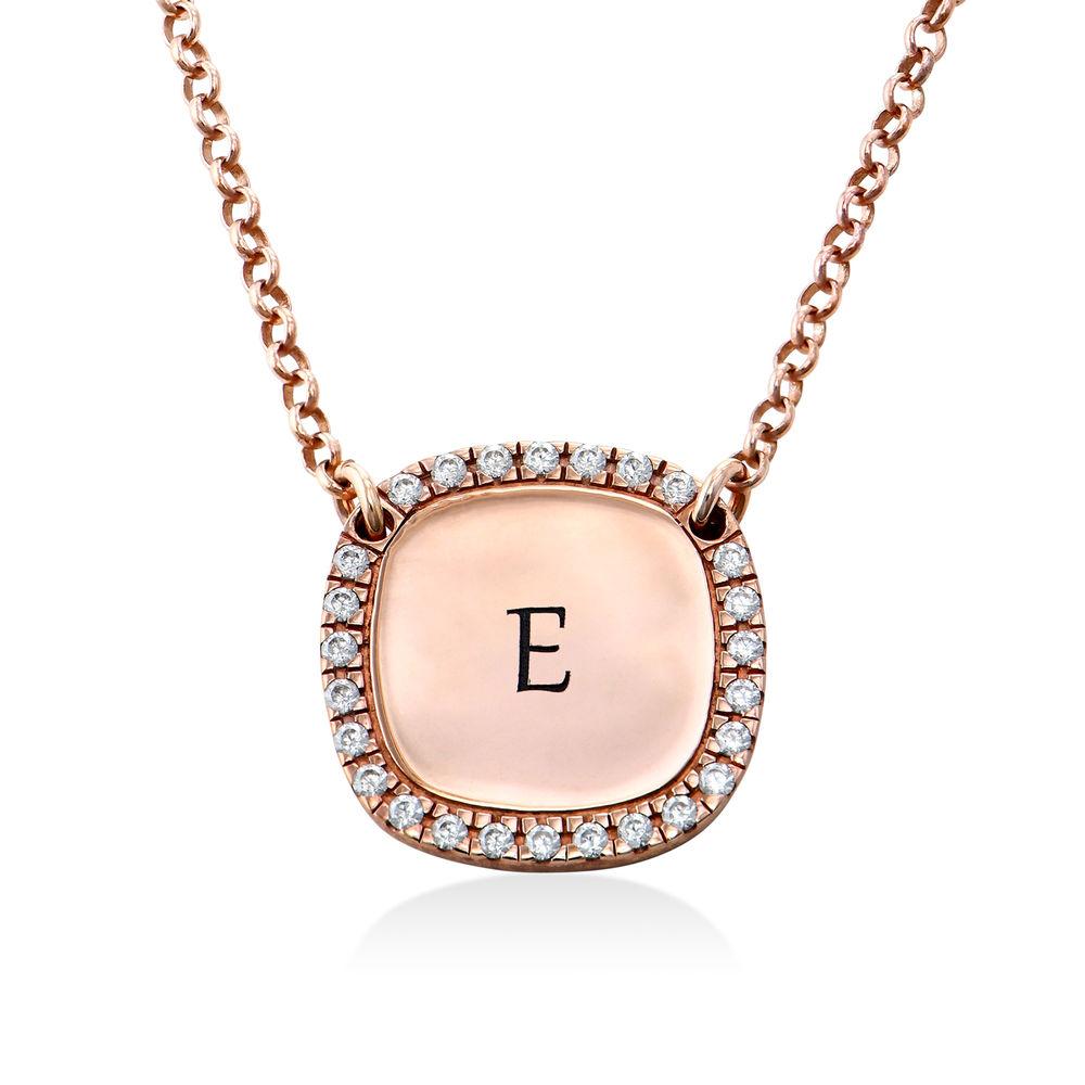 Collar con medalla rectangular grabada con circonia cúbica chapado en oro rosa