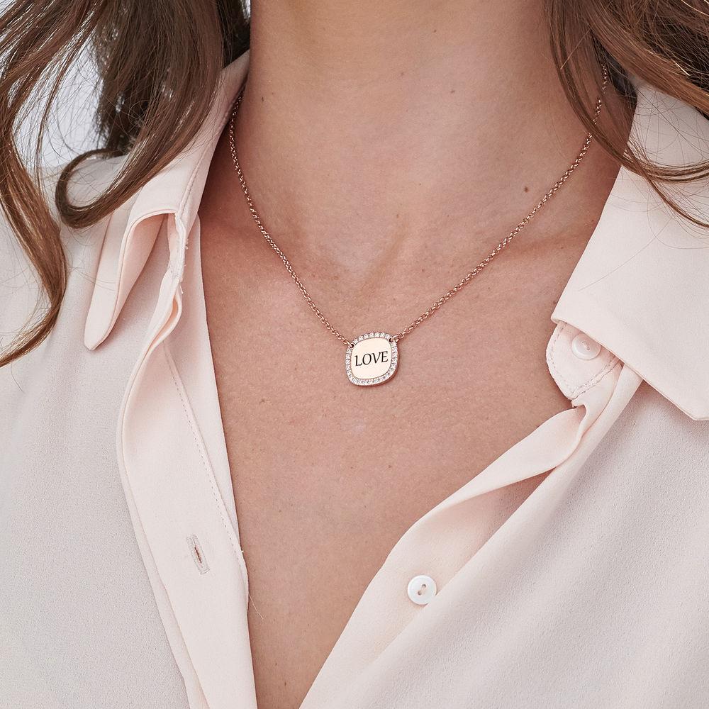 Collar con medalla rectangular grabada con circonia cúbica chapado en oro rosa - 4