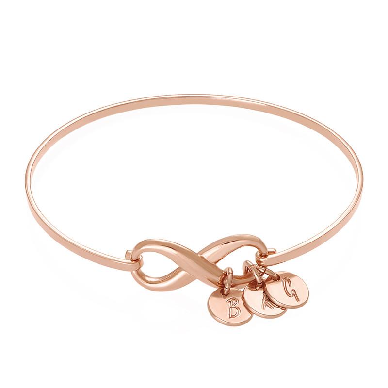 Pulsera rígida  infinito con encantos de iniciales en chapa de oro rosa