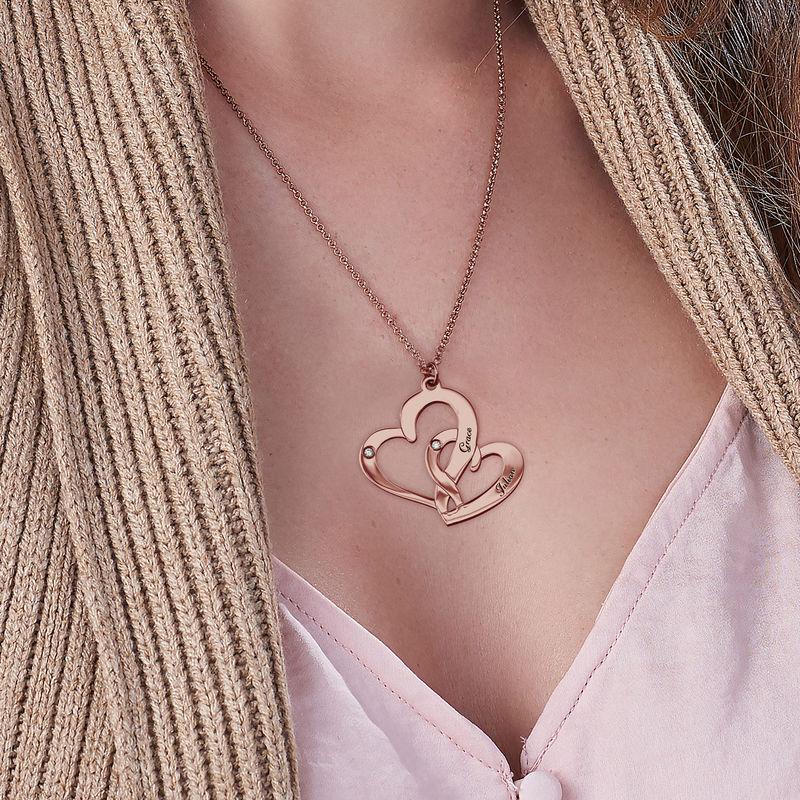 Rosé-vergulde ketting met Twee Gegraveerde Hartjes en Diamanten - 2
