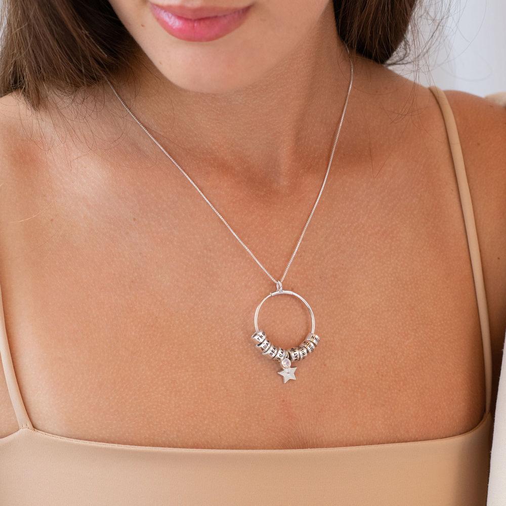 Grote Gegraveerde Cirkel Hanger Linda ™ Ketting met Gepersonaliseerde Kralen en Diamant in Sterling Zilver - 2