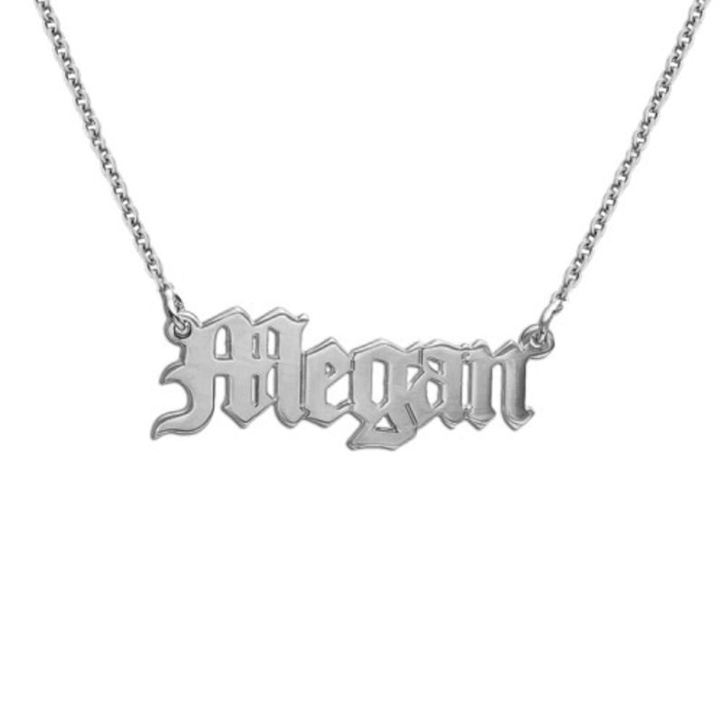 Navnesmykke i gammel engelsk gotisk stil i sølv