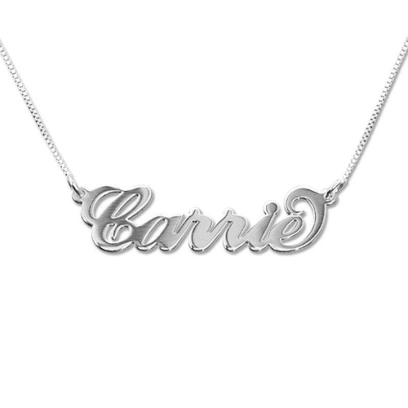 Lite navnesmykke i Carrie-stil - 14 karat hvitt gull