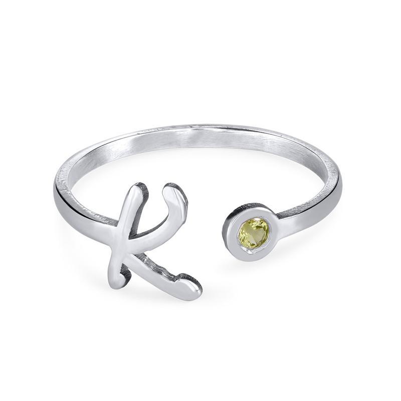 Åpen ring med bokstav og fødselsstein i sølv