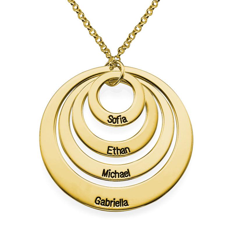 Rundt smykke med fire åpne sirkler og gravering i gullbelegg