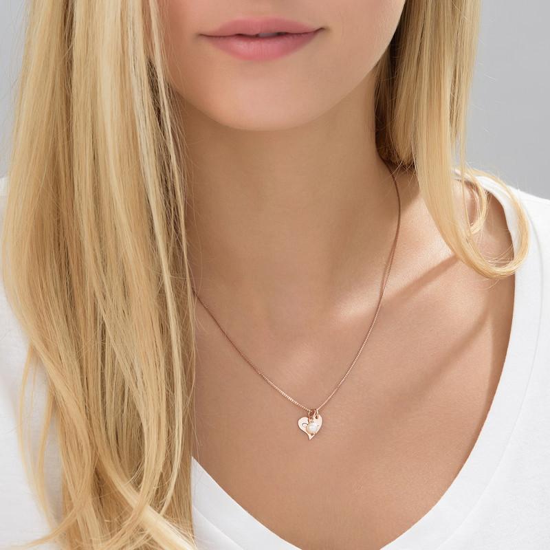 Hjertesmykke med bokstav og perle i rosegullbelegg - 1