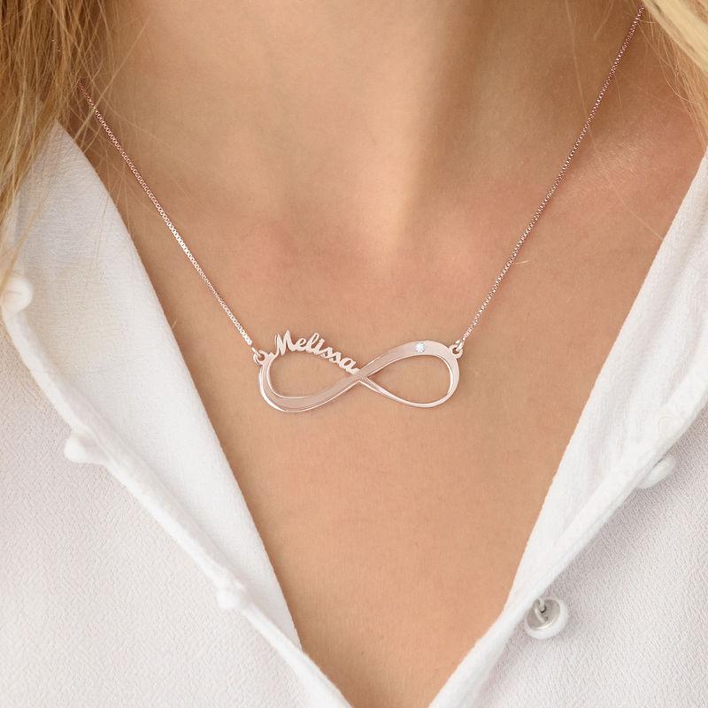 Infinity-navnesmykke med diamant i rosegullbelegg - 3