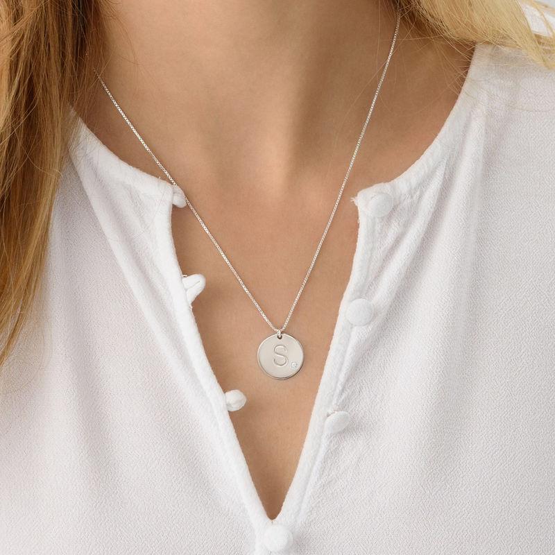 Rundt smykke med bokstav og diamant i sølv - 2