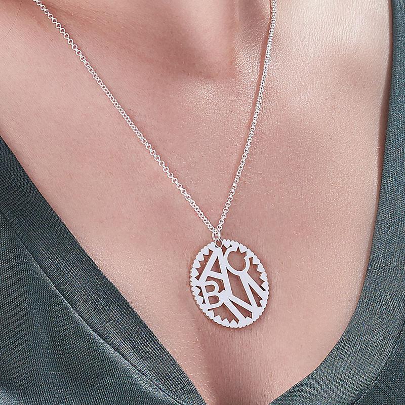 Rundt smykke med bokstaver i sølv - 2