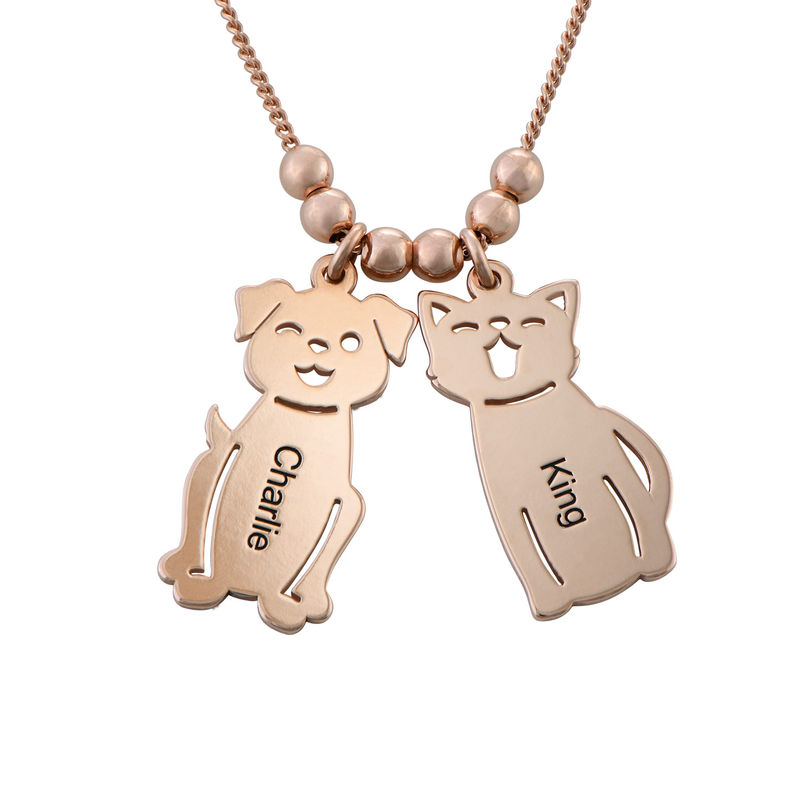 Morssmykke med graverte barnecharms og katt-og-hund-charms i rosegullbelegg