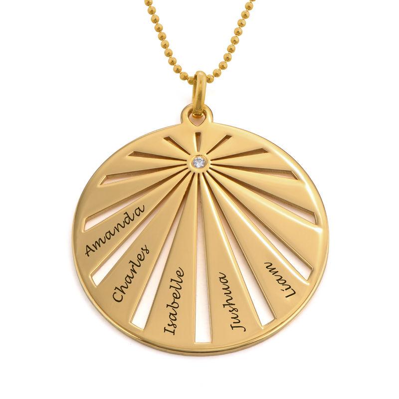 Rundt familiesmykke smykke med gravering med diamant i 10k gull