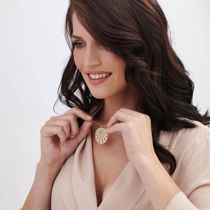 Rundt familiesmykke smykke med gravering med diamant i 10k gull - 1