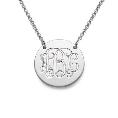 Smykke med bokstavanheng i monogramstil i sølv
