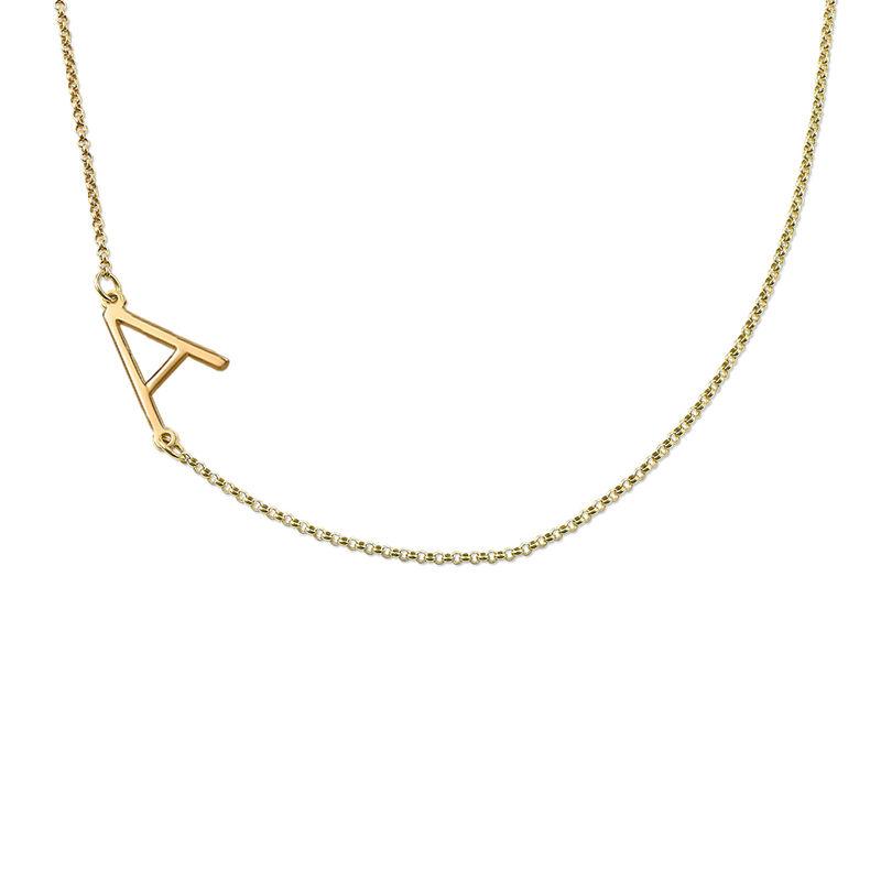 Bokstavsmykke med sidelengs initial i gull vermeil