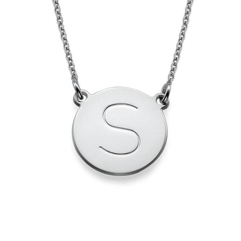 Rundt smykke med bokstav gravering i sølv