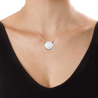 Rundt smykke med bokstav gravering i sølv - 1